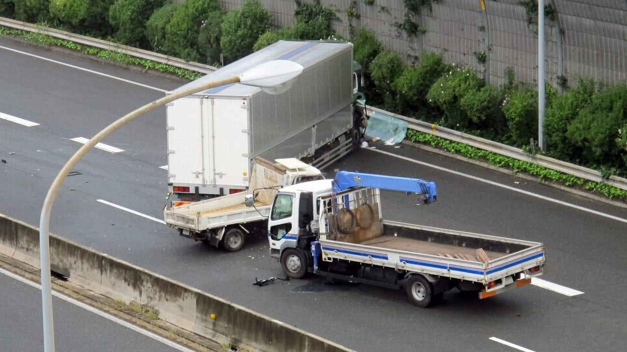 【姫路市】中央分離帯に衝突、ワンボックスカーが大破、2019年6月12日(水)姫路バイパスで交通事故が発生していた模様です